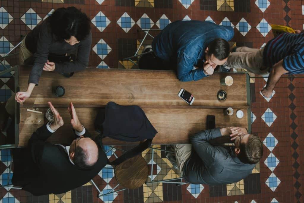 Obchodníci jednající u stolu